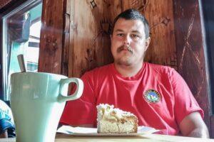 Ja z ciepłą kawką i szarlotką w Schronisku PTTK na Skrzycznem.