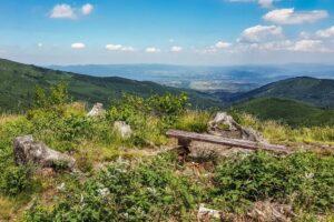 Na Malinowskiej Skale (1152 m n.p.m.)... Widok na Dolinę Zimnika i miasto Żywiec. Ta ławeczka jest jednym z najpopularniejszych motywów fotograficznych z okolic Malinowskiej Skały. :)