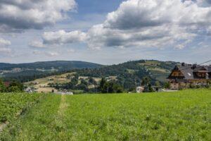 Widok na Baranią Górę z przysiołka Szańce w Koniakowie.