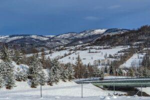 Widok z sąsiedztwa OW ''U Kubiców'' na grzbiet Beskidu Śląskiego między Glinnem a Magurką Radziechowską.