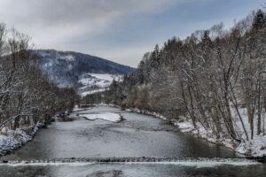 Rzeka Soła w Milówce, a nad nią Zabawa (823 m n.p.m.).