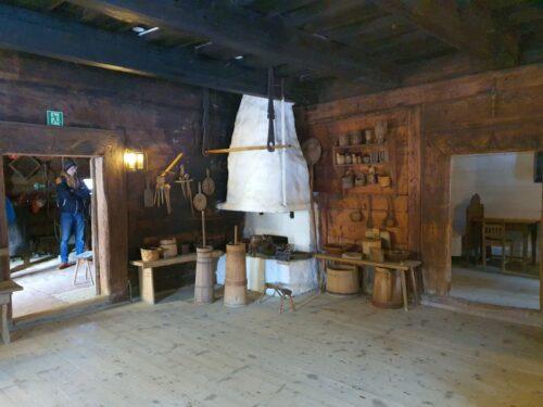 Muzeum ''Stara Chałupa'' w Milówce. Wnętrze właściwego budynku muzealnego.
