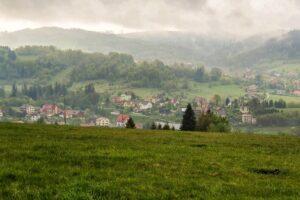 Na grzbiecie Skalanka - Beskidek - Rachowiec. Widok na Zwardoń.