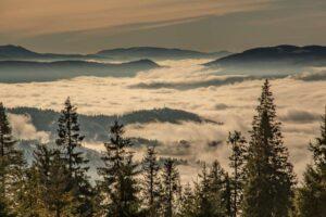 Zbliżenie na Kubiesówkę oraz Gminę Ujsoły we mgle. W tle widoczna Luczańska Mała Fatra.