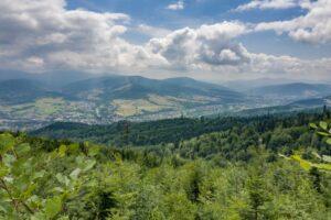 Im wyżej, tym dalsze widoki. Na zdjęciu dolina rzeki Soły oraz góry Beskidu Żywieckiego.