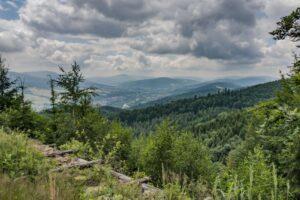 Widok w kierunku Ciśca oraz Milówki. W tle widoczne góry Grupy Zabaw (823 m n.p.m.) oraz Pasma Wielkiej Raczy (1236 m n.p.m.).