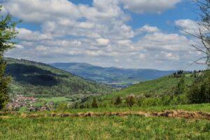 Widok z okolic Hutowego Gronia na dolinę Soły i Baranią Górę w tle.
