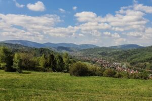 Widok z okolic Hutowego Gronia na Rajczę i Worek Raczański.