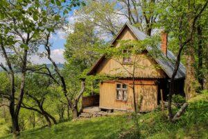 Piękna drewniana chata z bardzo dobrze zachowanymi deskami. :)