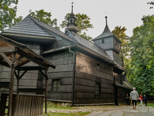 Sanktuarium św. Jakuba w Szczyrku to zabytkowy drewniany kościół na Szlaku Architektury Drewnianej. Możliwe jest wkomponowanie go w program wycieczki do Szczyrku.