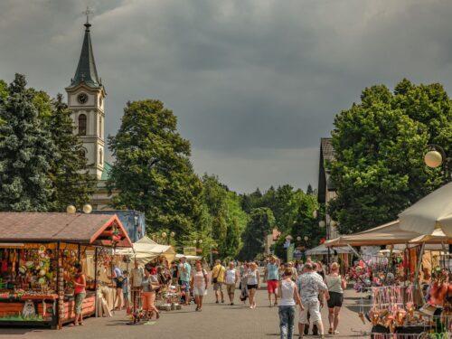 Deptak w Wiśle i kościół ewangelicki w Wiśle podczas wycieczki z przewodnikiem w Beskidy.