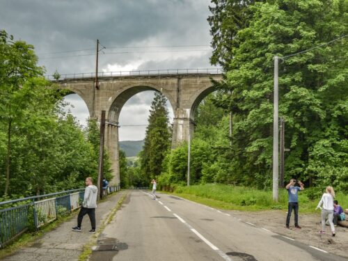 Wiadukt kolejowy w Wiśle Łabajowie jest ostatnim i najwyższym wiaduktem kolejowym w Wiśle przed stacją Wisła głębce. wiadukt jest nad dolina Łabajowa w otoczeniu lasu i górskich pejzaży. W takich warunkach wycieczka z przewodnikiem jest przyjemnością!