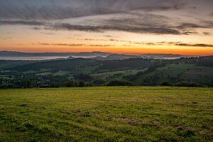 Pierwsze zwiastuny wschodu słońca są widoczne nad Gorcami, Beskidem Sądeckim i Pieninami.
