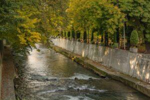 Rzeka Biała w sąsiedztwie ratusza.