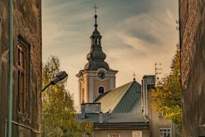 Urokliwy ''przesmyk'' z widokiem na Kościół Ewangelicko-Augsburski w Białej.
