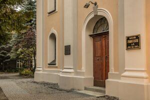 Wejście do Kościoła Ewangelicko-Augsburskiego w Białej.