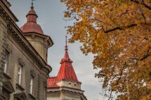 Czerwone wieżyczki przy ul. Mickiewicza i Dąbrowskiego.