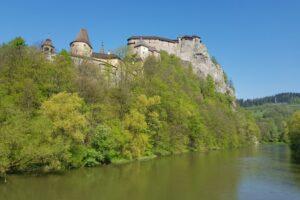 Słowacja. Zamek Orawski nad rzeką Orawą.