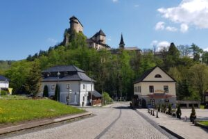 Słowacja. Jeden z najpopularniejszych słowackich zamków (Orawski Hrad) jest bardzo blisko naszej polskiej części Beskidów.