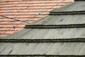 Dwa moje ulubione pokrycia dachowe: drewniany gont i czerwona dachówka. ;)