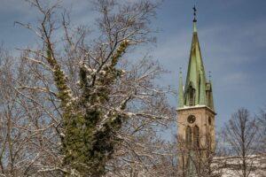Widok na wieżę kościoła ewangelicko-augsburskiego pw. Zbawiciela w Bielsku-Białej.