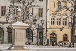 Figura św. Jana Nepomucena na rynku starówki Bielska.
