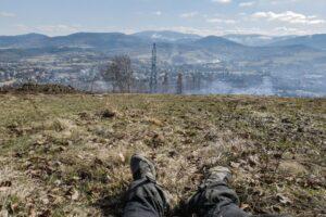 Moje nogi oraz widok na Węgierską Górkę i Beskid Żywiecki.