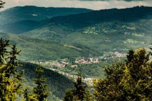 Widok z Praszywki Wielkiej w kierunku Rajczy.