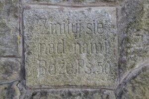 Krzyż Grunwaldu na Sumowej Grapie nad Milówką - Zmiłuj się nam nami Boże. (marzec 2020)