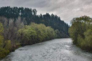 Sumowa Grapa widziana z mostu na rzece Sole w Milówce. (kwiecień 2017)