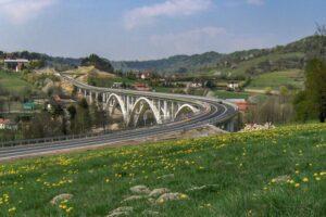 Widok z Sumowej Grapy na wiadukt w ciągu drogi ekspresowej S1 na ukończeniu prac. (kwiecień 2007)