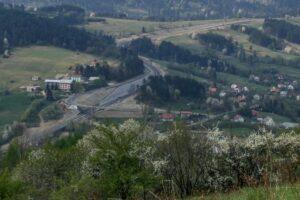 Widok znad Sumowej Grapy na fragment drogi ekspresowej S1 na granicy Milówki i Szarego na ukończeniu prac. (kwiecień 2007)