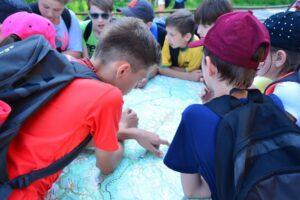 Podczas wycieczek korzystamy z map i tablic informacyjnych, zwłaszcza gdy chcemy podopiecznych nauczyć poprawnego czytania mapy turystycznej. :)
