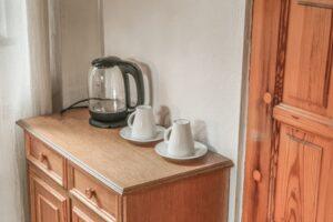 Willa Sól w Soli w Beskidzie Żywieckim. Pokoje posiadają czajniki oraz zastawę.