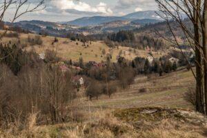 Widok na część Zwardonia i Beskid Żywiecki z fragmentu okopów.