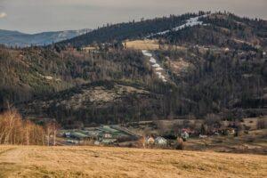 Zbliżenie na Rachowiec i niedoszły terminal graniczny w Zwardoniu.