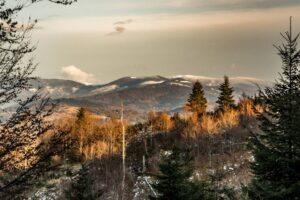 Zbliżenie z Sołowego Wierchu. Z lewej strony lekko wystaje Babia Góra.