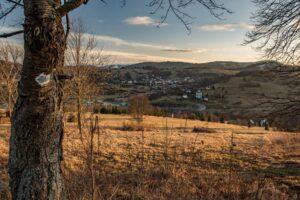 Widok na Zwardoń z okolic przysiółka Węglarze.