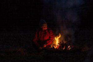 Aldona ''pichci'' nam przekąskę na ognisku. ;)