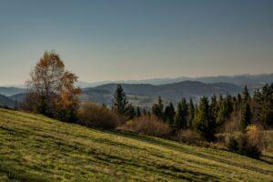 Zbliżenie z Rachowca na góry nad Skalitem.