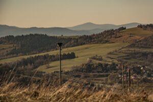 Widok na Łysą Górę z okolic wyciągu Zwardoń Ski.